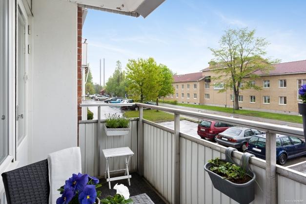 Den rymliga balkongen erbjuder förmiddagssol