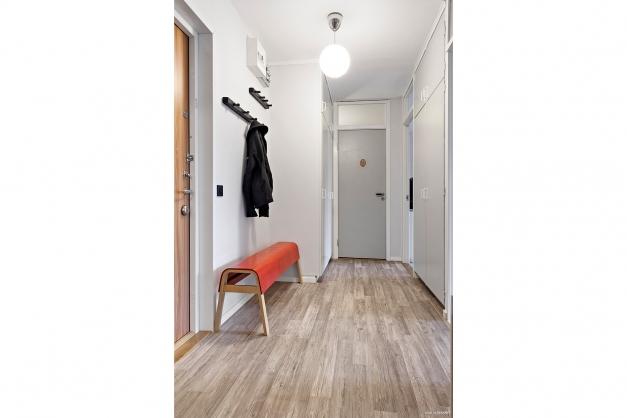 Rymlig hall med gott om garderober