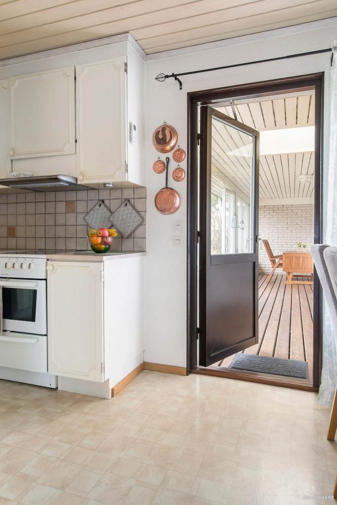 Köket med utgång till uteplatsen