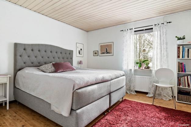 Sovrum 1  med garderober