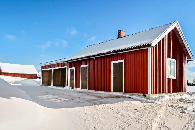 Förrådsbyggnad med tillbyggd carport.