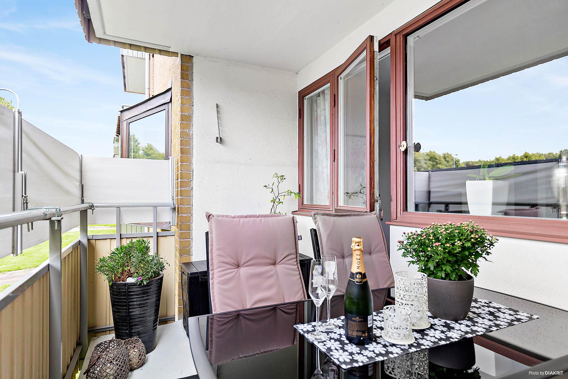 Stor balkong med plats för både grill och stort matgrupp.