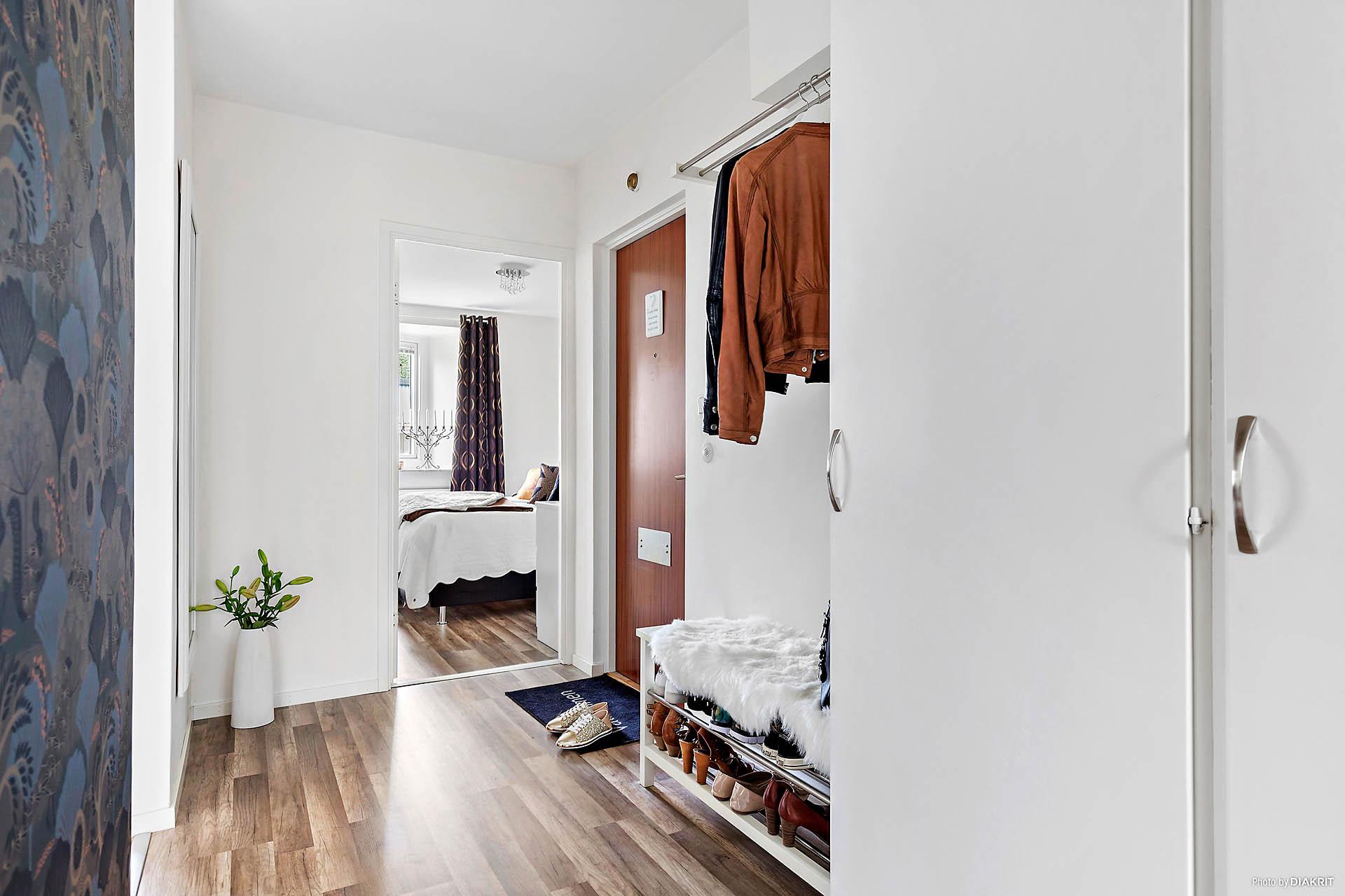Stor hall med 4 garderober.