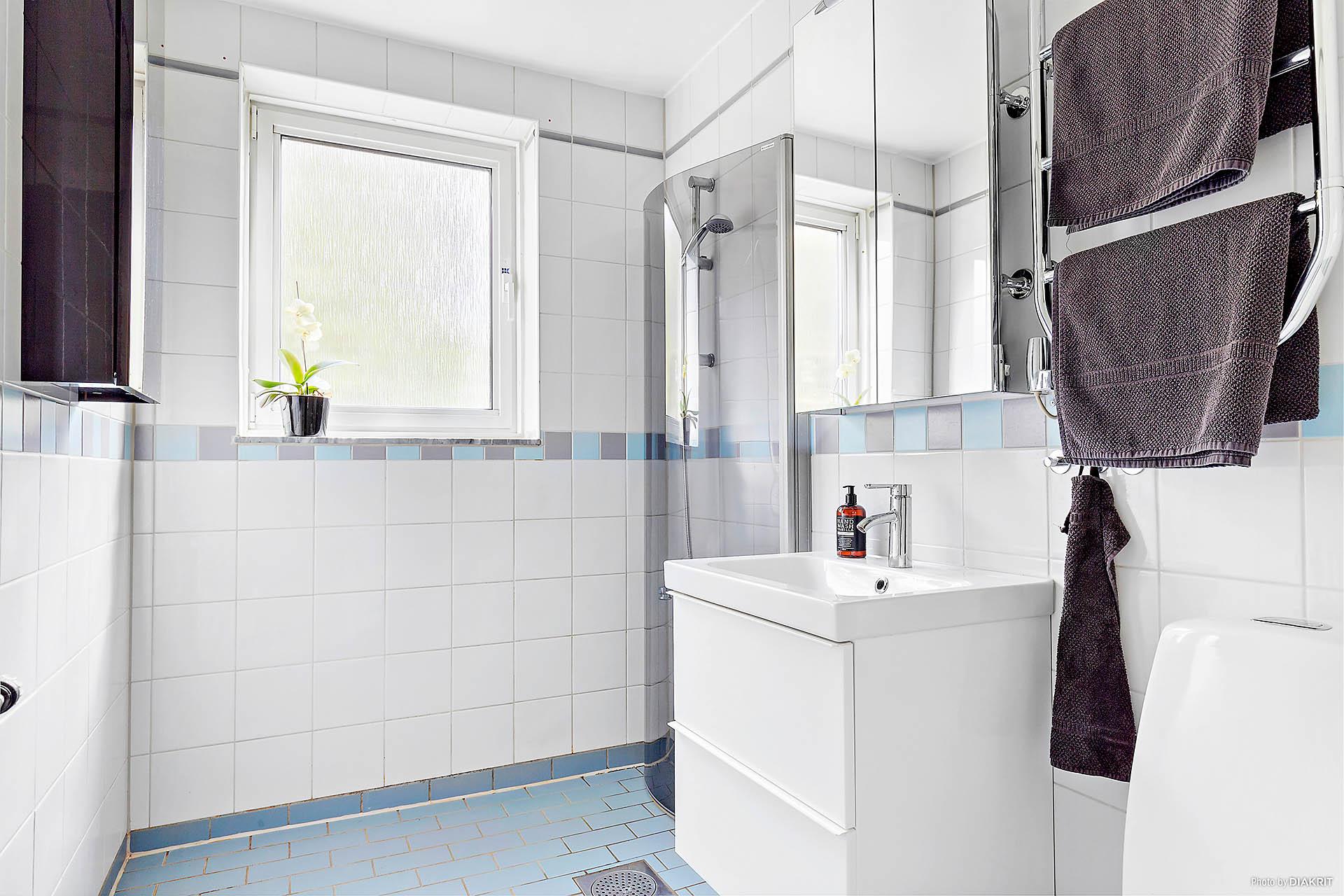 Rymligt badrum med nyare badrumsmöbler.