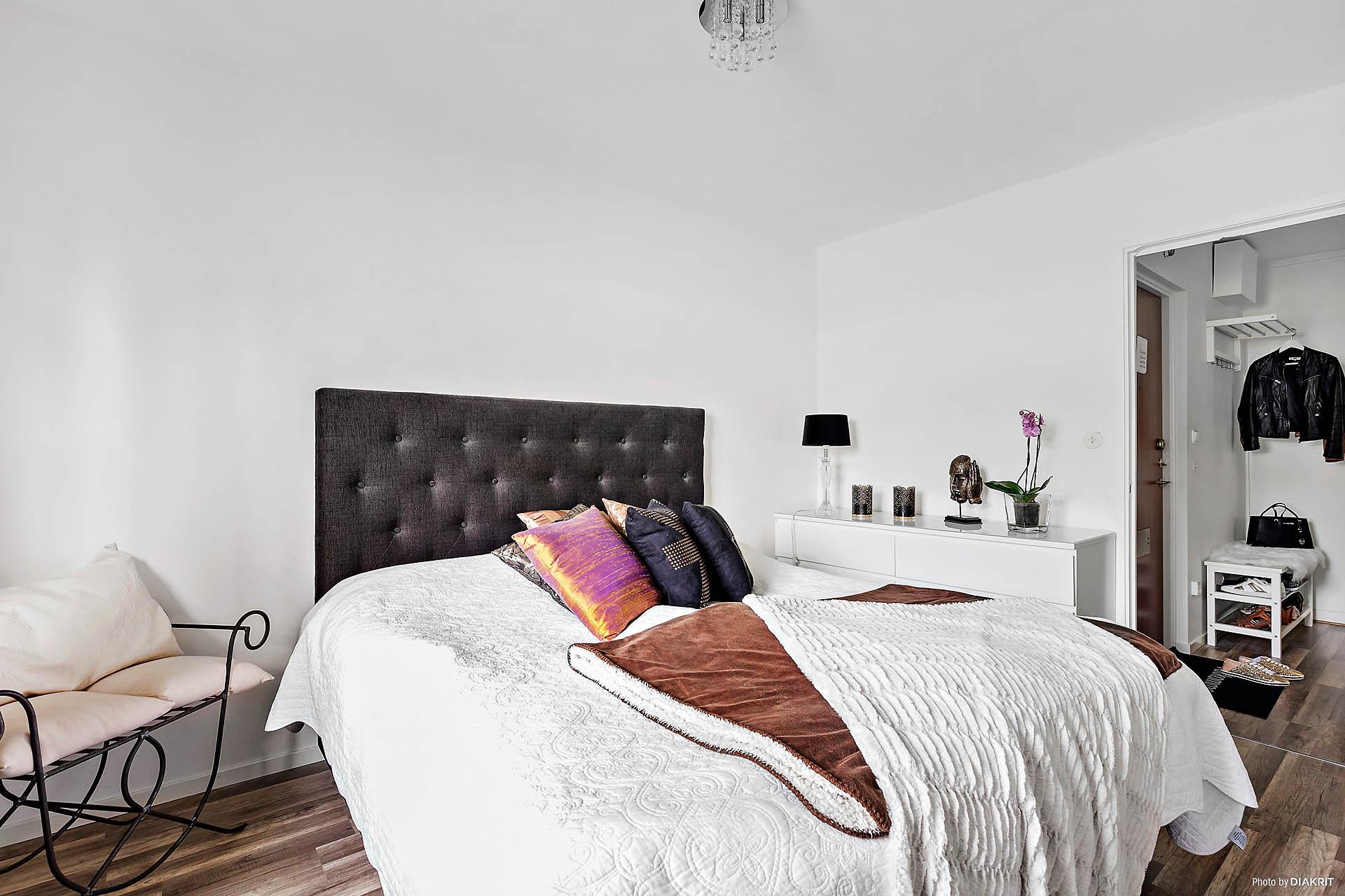 Sovrum med plats för dubbelsäng och annat möblemang.