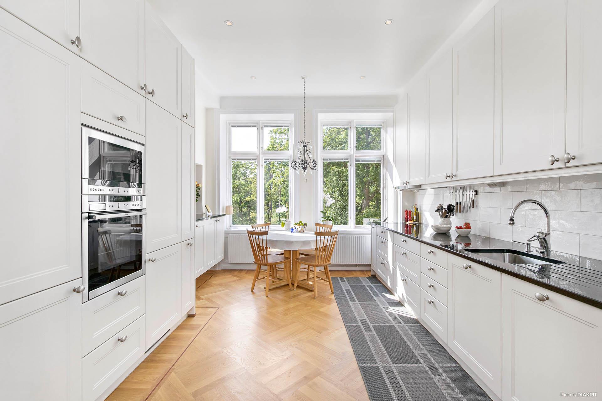 Ljust kök med gott om plats för förvaring och generösa arbetsytor. Exklusiva materialval för mästerkocken!