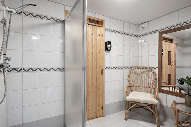 I källaren finns helkaklad dusch/relax med bastu