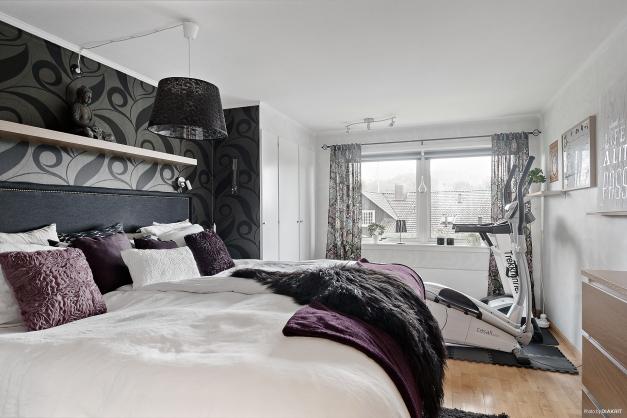 Stort sovrum med 3 garderober och en klädkammare