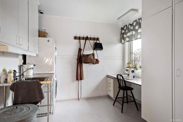 I anslutning till köket finns en rymlig tvättstuga