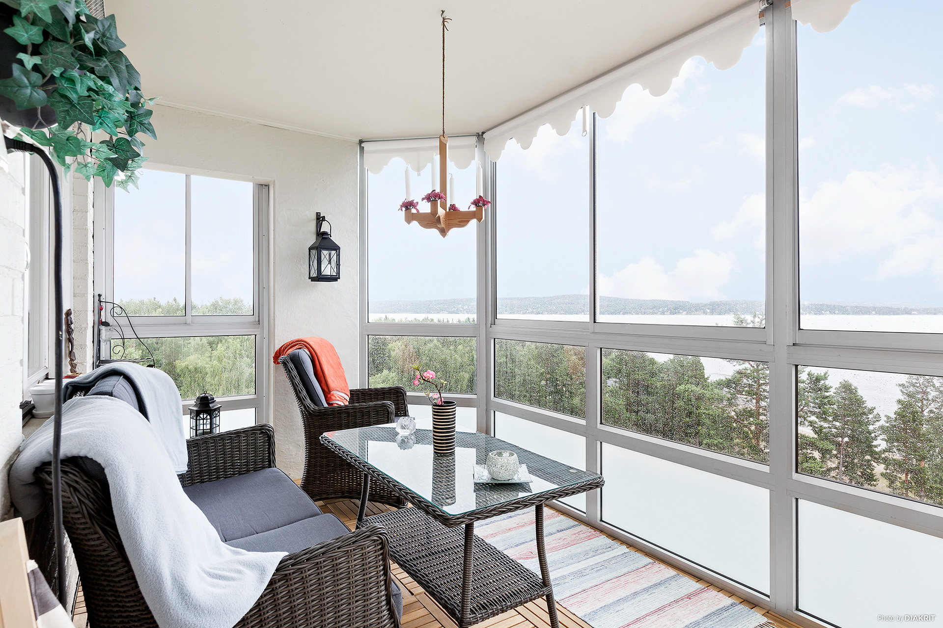 Stor inglasad balkong med utsikt mot havet och sandstranden