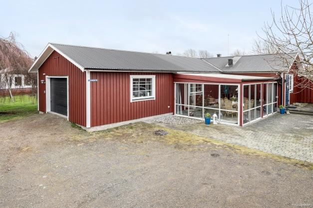 Enplansvilla om ca 100 kvm med vidbyggt garage och inglasat uterum.