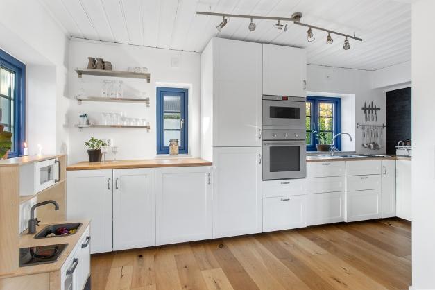 Köket nås via vardagsrummet och har fönster i norr och väster.