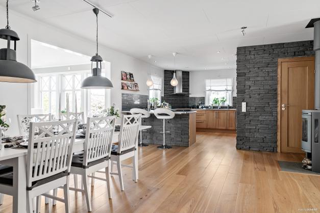 Kök och matplats skapar ett stort och härligt rum för långa middagar