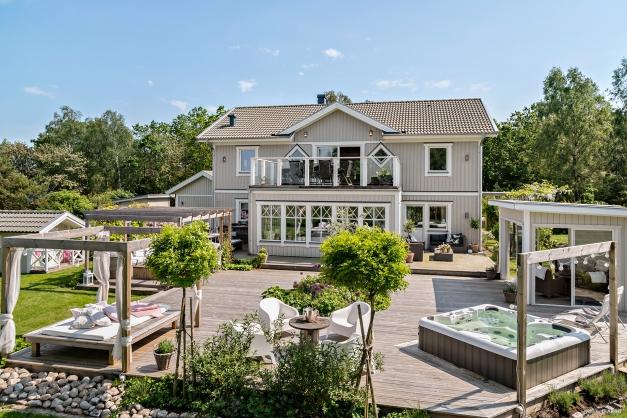 Magnifik villa med en slående vacker utemiljö och havsutsikt