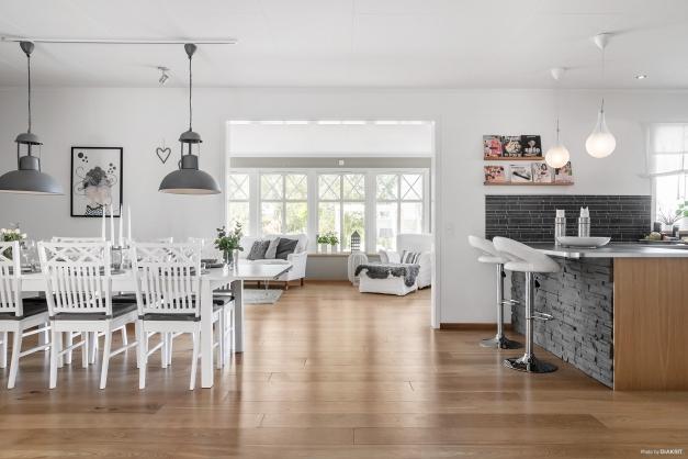 Vackert parkettgolv som är enhetligt för hall, kök och vardagsrum