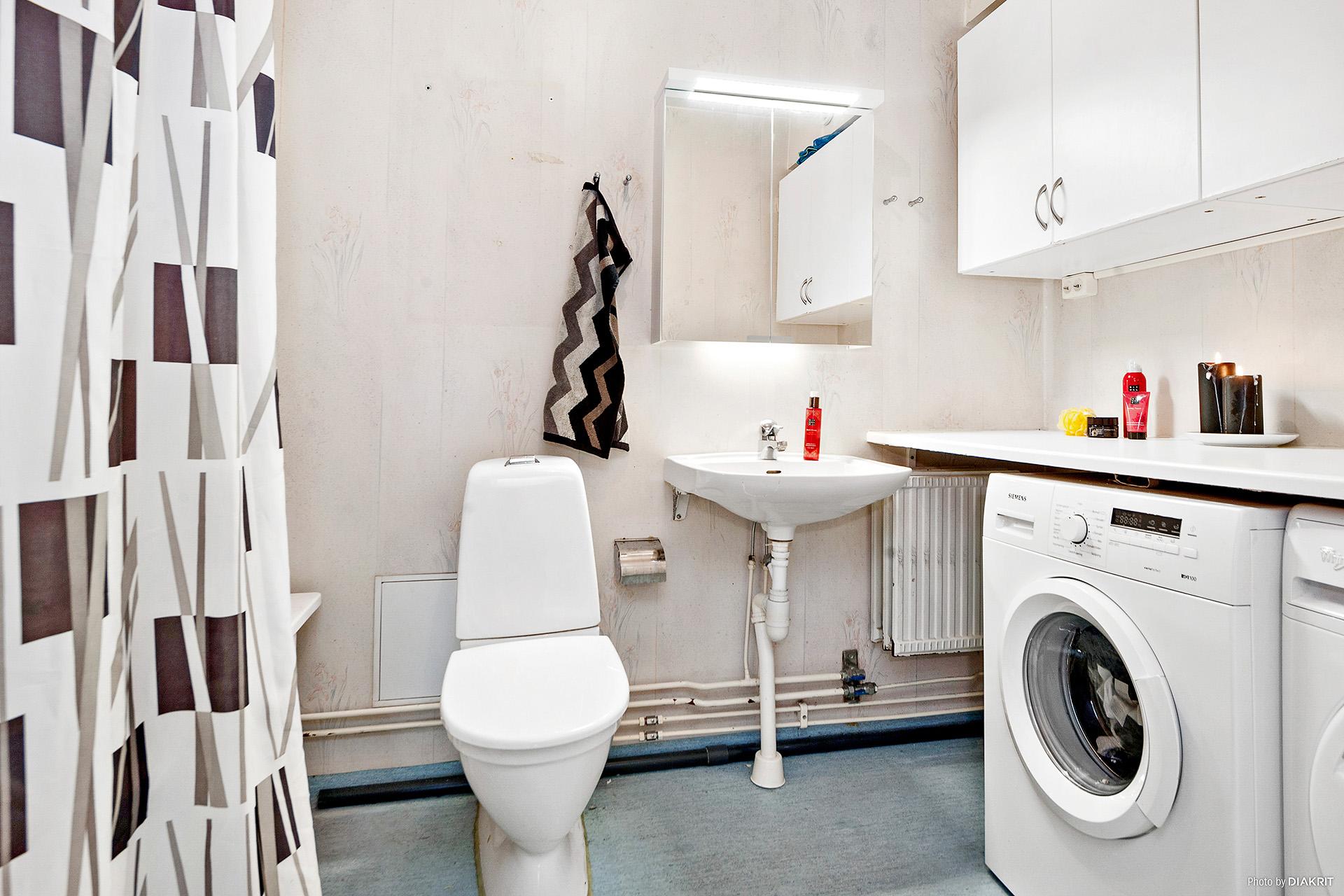 Badrum 1 med badkar och tvätthörna
