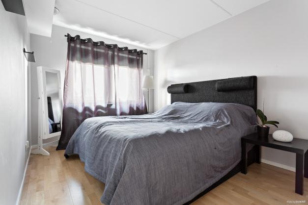 Sovrum med plats för dubbelsäng.