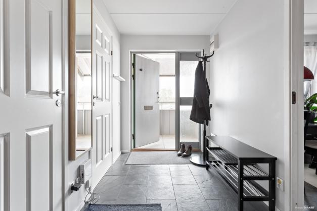 Välkomna in! Här finns klinker på golvet och plats för klädavhängning.