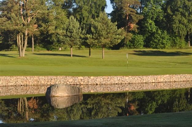 Falkenbergs golfklubb ligger bara en järnnia (för vissa kanske en 8:a) ifrån området.