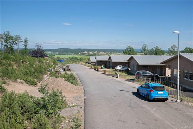 Drällslingan med utsikt åt sydost fotograferat ifrån korsningen Brunekullevägen / Drällslingan