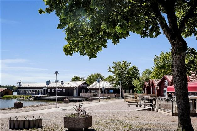 Närområde med restauranger, strandpromenad och butiker