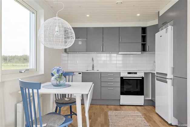 Standard är HTH-kök med vita luckor och kakel ovan arbetsbänk. Utrustning: Kyl/frys, fristående spis, fläkt, diskmaskin, microvågsugn från Whirlpool. Tillval: Spotar i tak (OBS! Se tillvalslista från HTH för standard och val i kök)