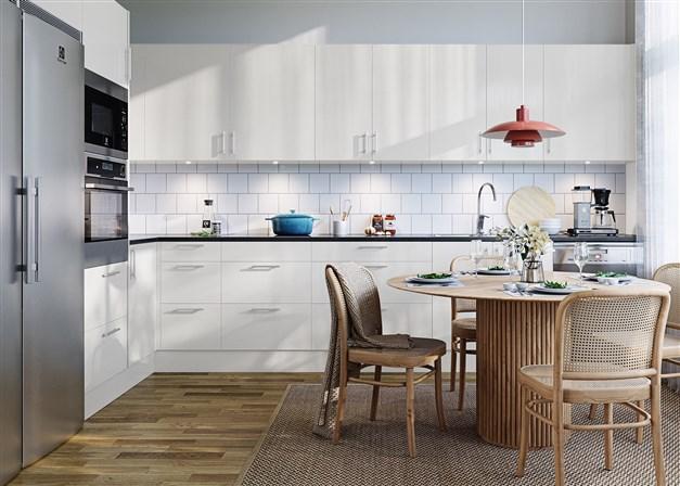 Köket i 2-planshusen. Bilden är en visualisering och skall ses som en inspirationsbild. Tillval på bilden är lucka Solid i Ostronbeige kulör samt rostfria vitvaror.