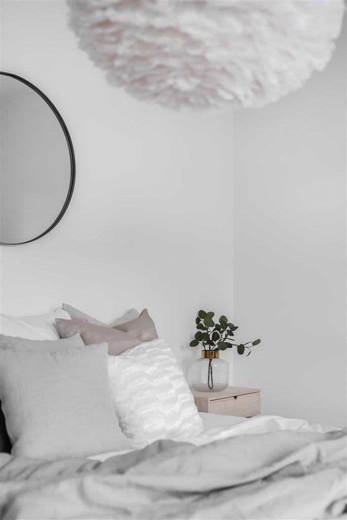 Sovrum med ljus färgsättning.