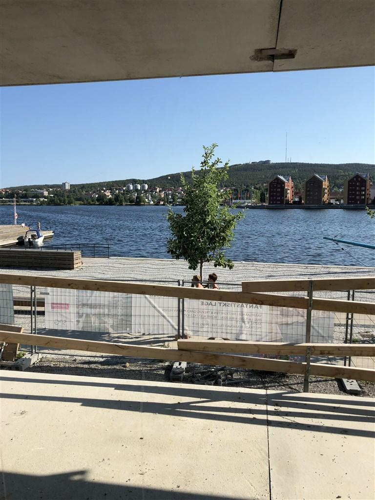 Bild från lägenhet BV, höjdskillnad på ca 2 meter från strandpromenaden