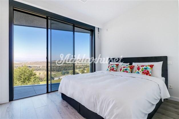 Sovrum 1 med balkong och badrum en-suite