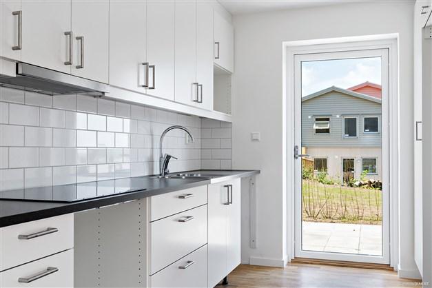 4 hus liknande det på bilden uppförs under 2018/19 + 3 parhus med två lägenheter i varje. Sammanlagt 30 bostadsrätter.