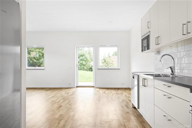 Hög standard och fräsch utformning med parkettgolv i ek och vitmålade väggar i alla lägenheter.