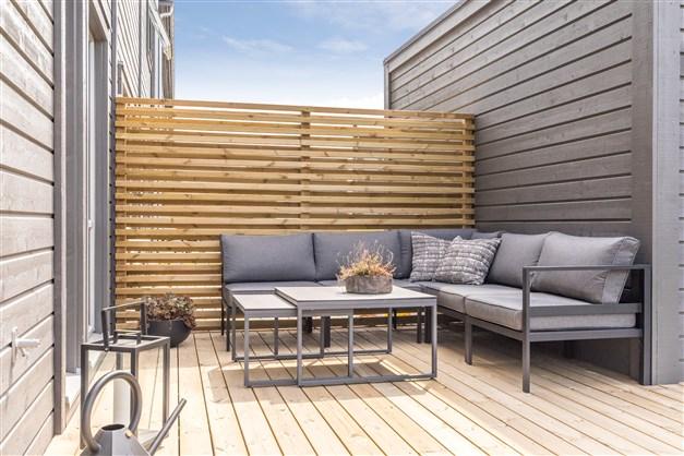 Husen i Öllsjö får vit liggande panel istället för grå (Observera att bilderna illustrerar ett annat liknande projekt, avvikelser kan förekomma i planlösning utrustning och färg.)