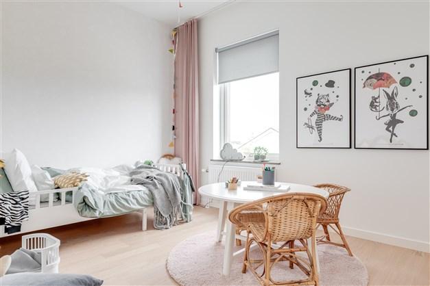 Sovrum (Observera att bilderna illustrerar ett annat liknande projekt, avvikelser kan förekomma i planlösning utrustning och färg.)